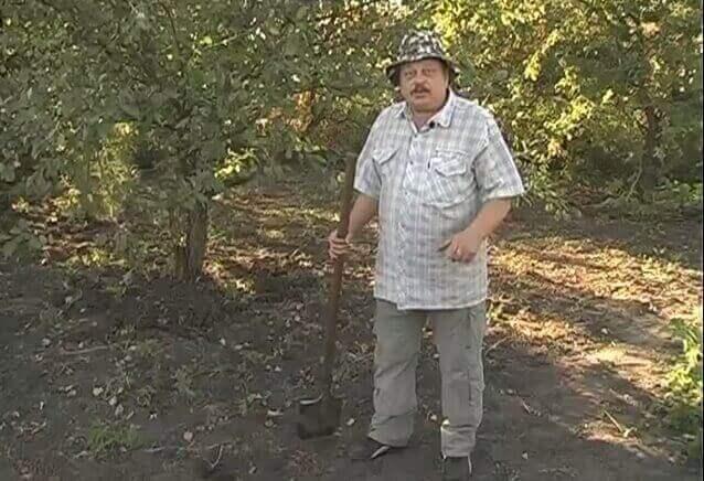 огородник с лопатой