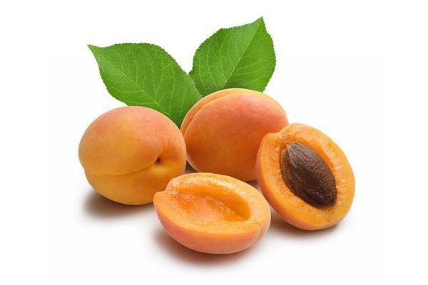 Три абрикоса на белом фоне