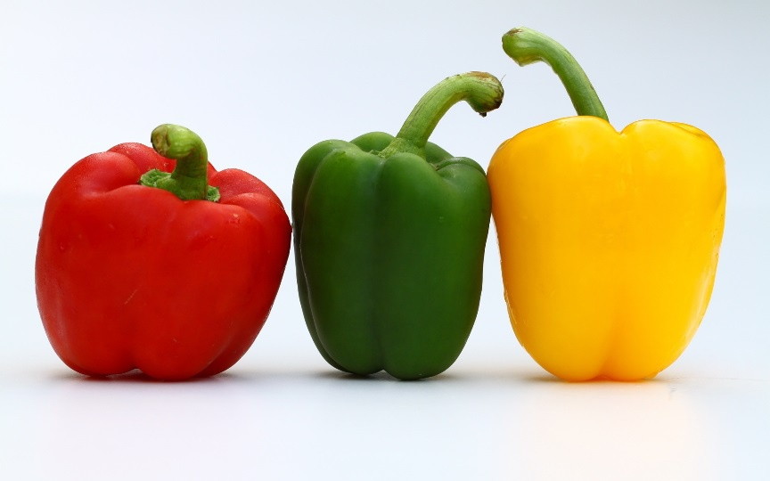 Овощи желтого, красного и зеленого цвета