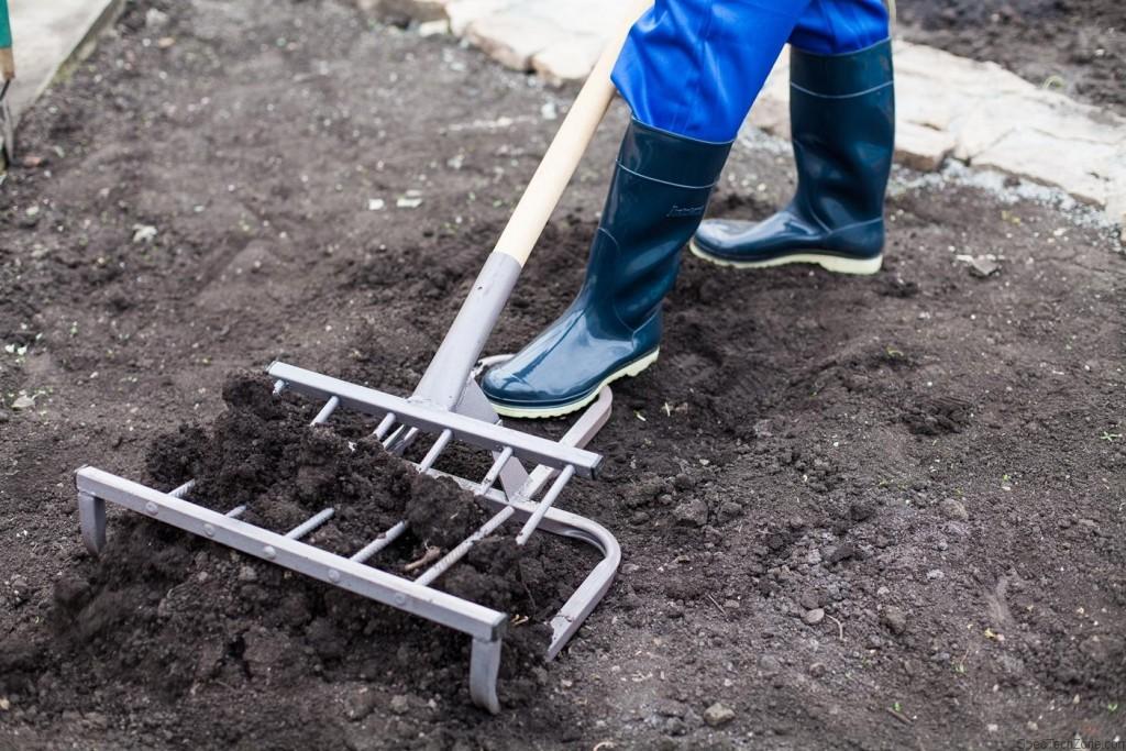Как работать лопатой-рыхлителем