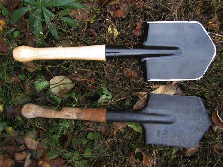 Лопаты саперного предназначения на траве