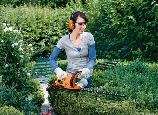 Девушка и виды садового инструмента
