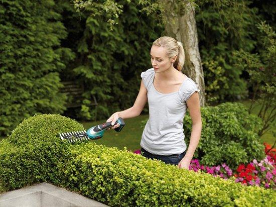 Девушка работает с садовым инструментом