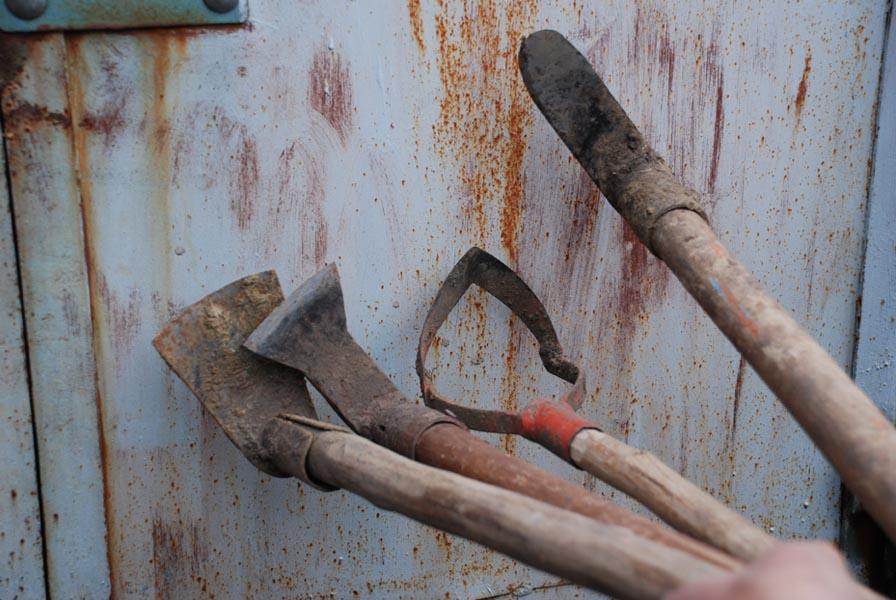 Дачный садовый инструмент с ржавчиной