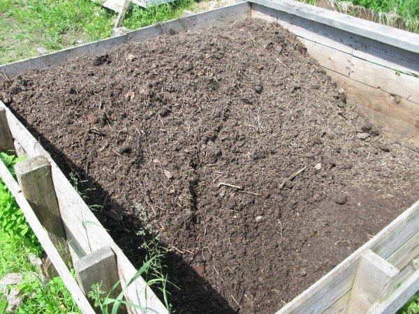 Для быстрого созревания компостную кучу нужно поливать специальными средствами