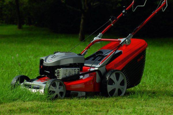 Очевидно, что лучше приобретать газонокосилку от известных производителей