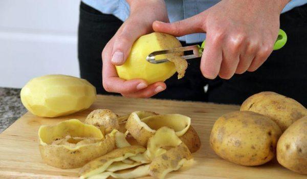 Картофельные шкурки можно использовать в качестве удобрения для любых растений