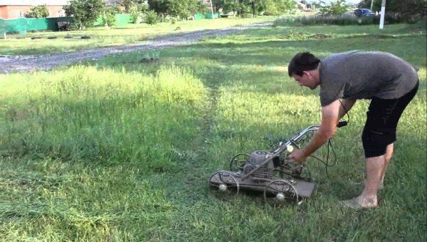 Косилка для травы с использованием старой коляски