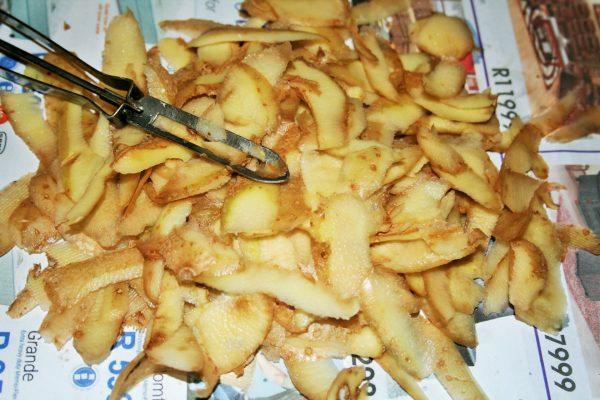 На очистках от картофеля можно сделать много различных удобрений
