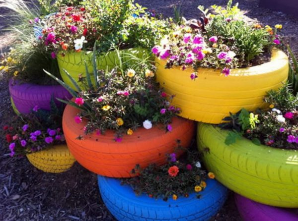 Многие садоводы рекомендуют красить шины с двух сторон