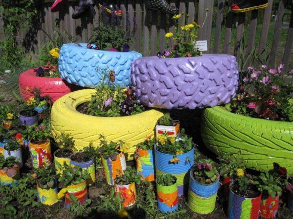 Цветник из различных покрышек и банок