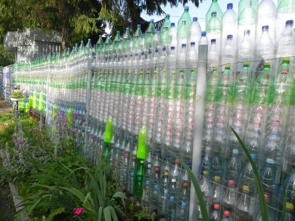 Перед созданием забора из пластиковых труб следует предусмотреть каркас