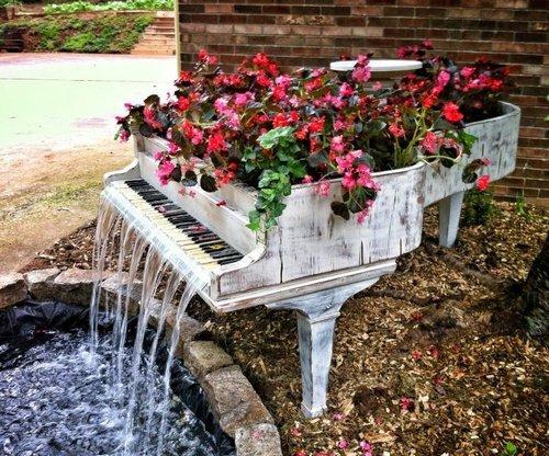 Цветник из рояля с встроенным фонтаном