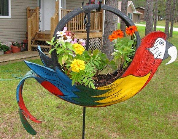 Подвесной цветник из вывернутой наизнанку шины