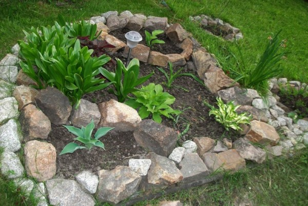 Наиболее простой способ - выложить камни в определенной форме