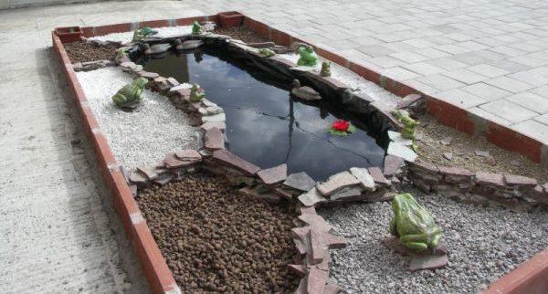 Цветник с искусственным водоемом внутри