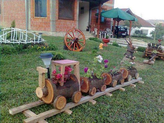 Цветник-паровозик из бревен от деревьев