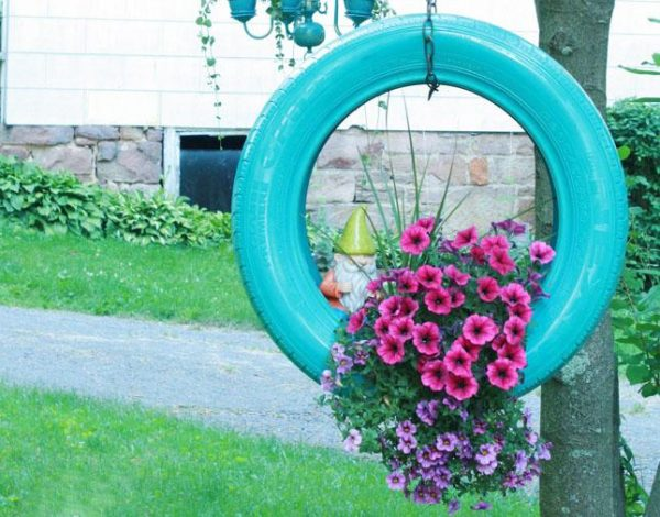 Вариант подвесной клумбы из шины