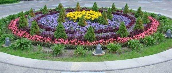 Если придумать определенную форму для цветника, он будет смотриться намного оригинальнее