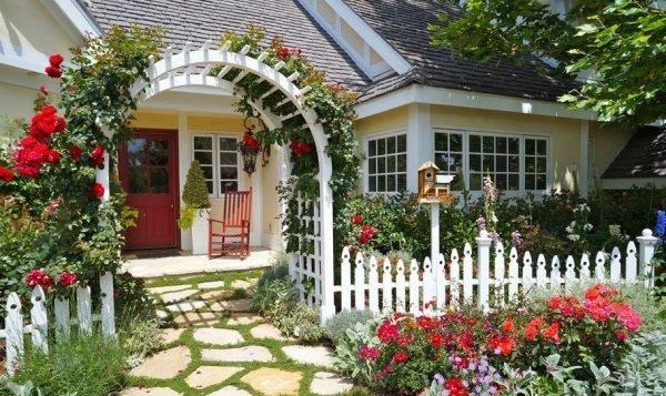 Розы отлично украшают различные дизайнерские своды и подходят для любых садов, как на фото