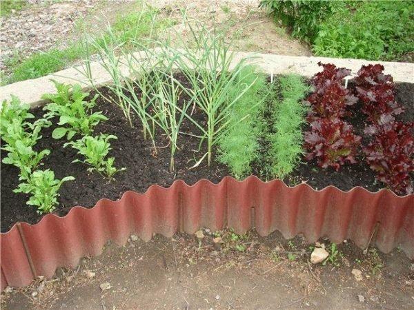 Ограда для садовой грядки или клумбы из шифера