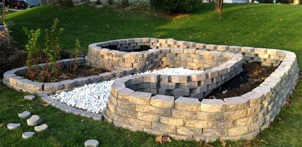Готовая оградка из камней и кирпичей