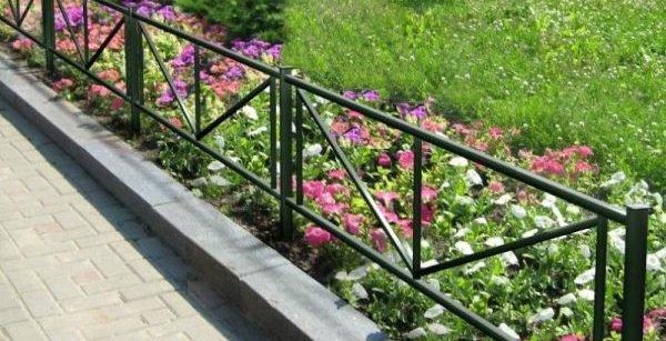 Металлические оградки смотрятся очень оригинально и, в то же время, просто