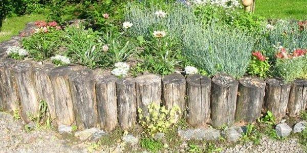 Заборчик из старых деревянных колышков