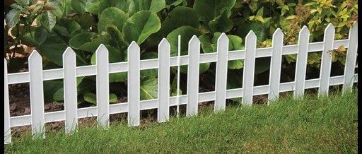 Существуют металлические оградки, которые сделаны под деревянные заборчики