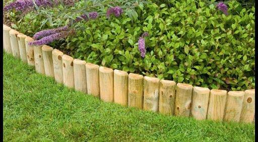 Как выглядит оградка из деревянных колышков