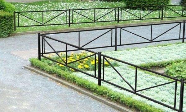 Как выглядит самая простая металлическая оградка