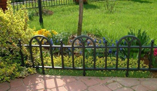 Огромный плюс металлических оградок - возможность выбора формы