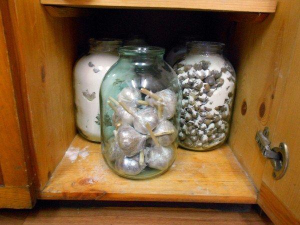 Хранение разного вида чеснока в банках с мукой