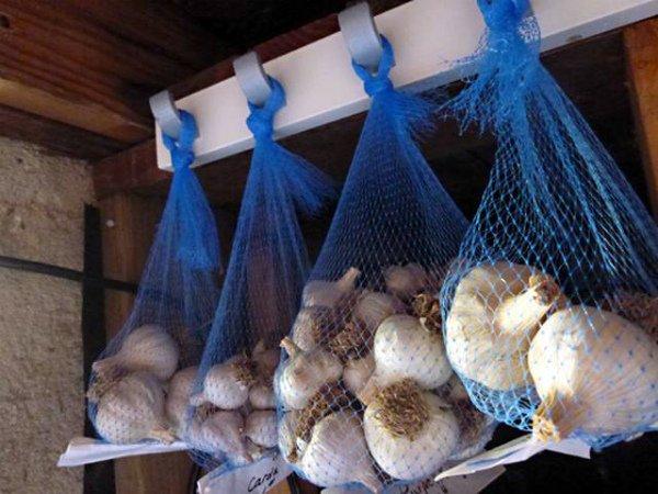 Хранение чесночных головок в сетках