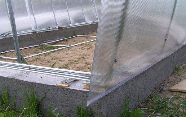 Строительство фундамента для зимней теплицы