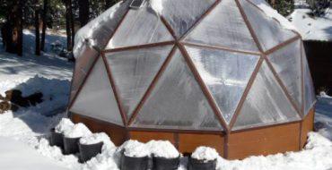 Зимняя теплица с куполом из поликарбоната
