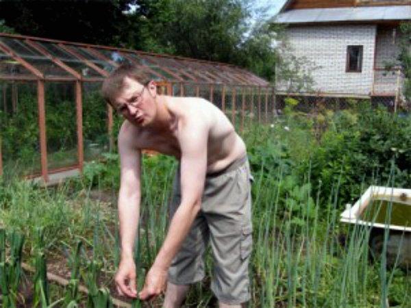 Процесс плетения чесночных листьев