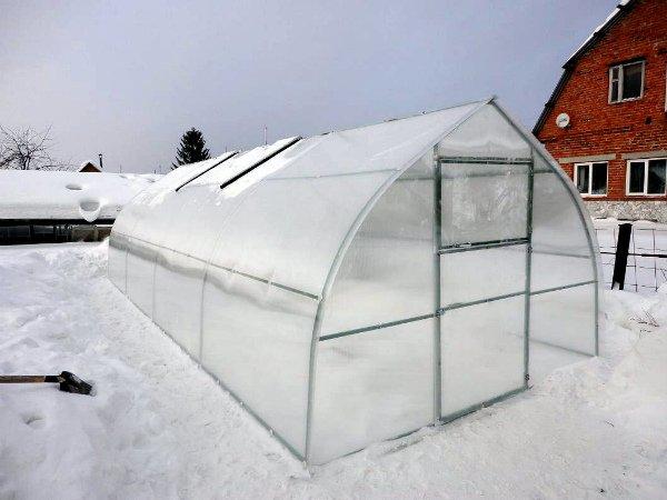 Конструкция теплицы выдержит снег и ветер