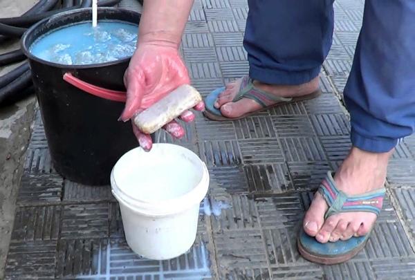 Приготовление раствора хозяйственного мыла и медного купороса