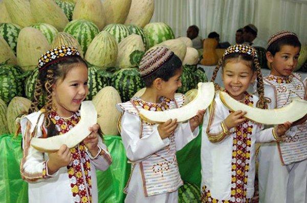 Сочная сладкая мякоть дынных плодов – любимое лакомство детей