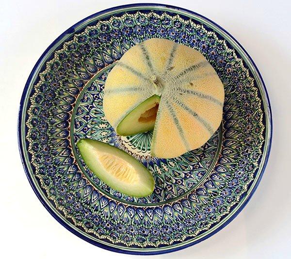 Ароматная дыня Бухарка на тарелке с традиционным орнаментом