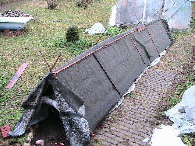 Деревянный шалаш для кустов