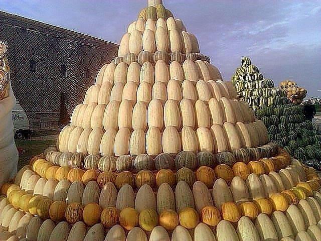 Пирамида из разных сортов дыни