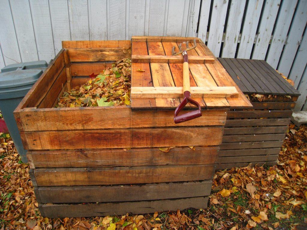 Компост из скошенной травы в деревянном ящике
