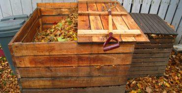 Компост из травы в деревянном ящике
