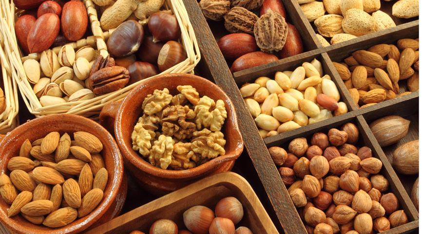 Виды различных орехов в мисочках