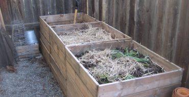 Компост из травы в ящиках