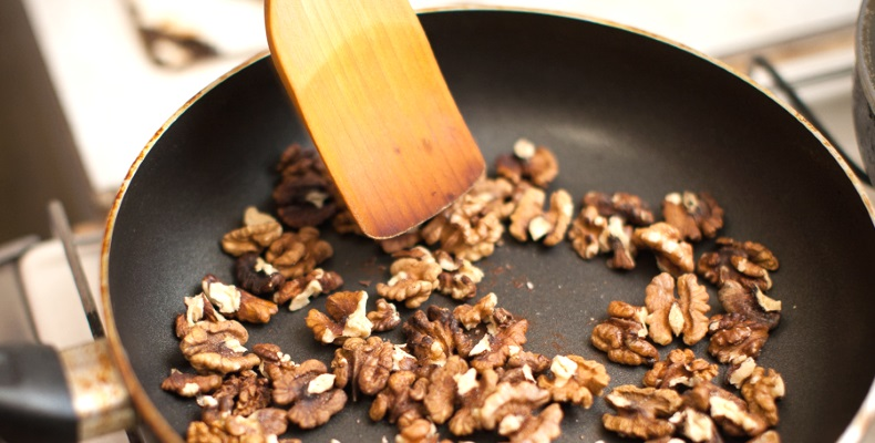 Жарка орехов на сковороде