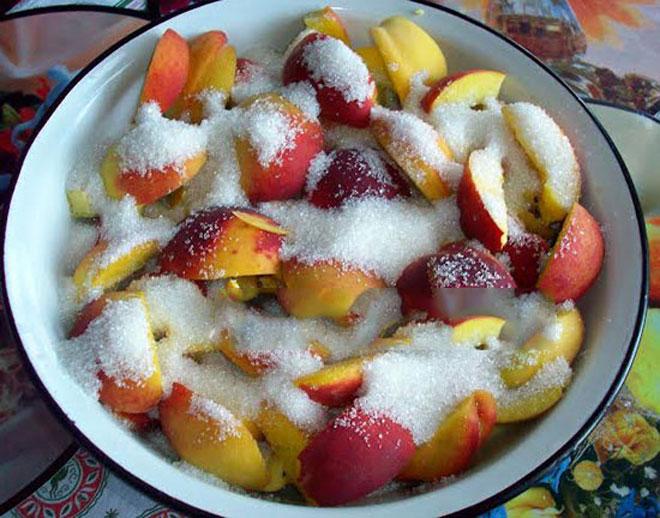 Спелые перскики, пересыпанные сахаром