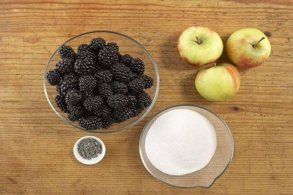 Подготовка продуктов для варенья из ежевики с яблоками